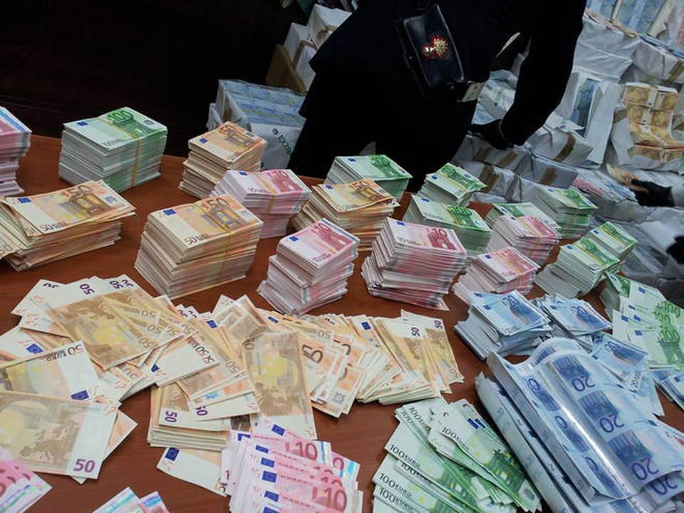 19d5dfc9b6 Napoli, una montagna di banconote false: 53 milioni di euro ritrovati in  una cantina