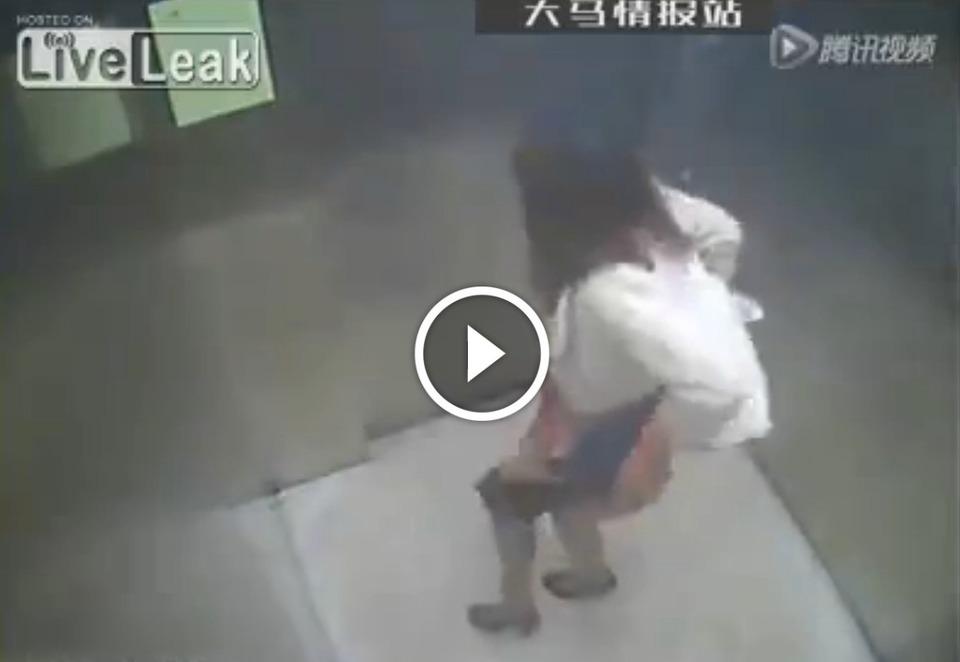 La ragazza nell 39 ascensore si abbassa le mutandine e - Ripresa di nascosto in bagno ...