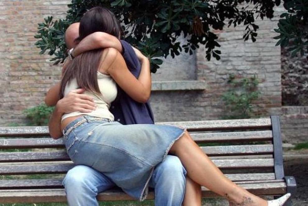 Sesso sulla panchina davanti a tutti amanti focosi arrestati lui ha 29 anni lei 23 cronache - Sesso in bagno pubblico ...