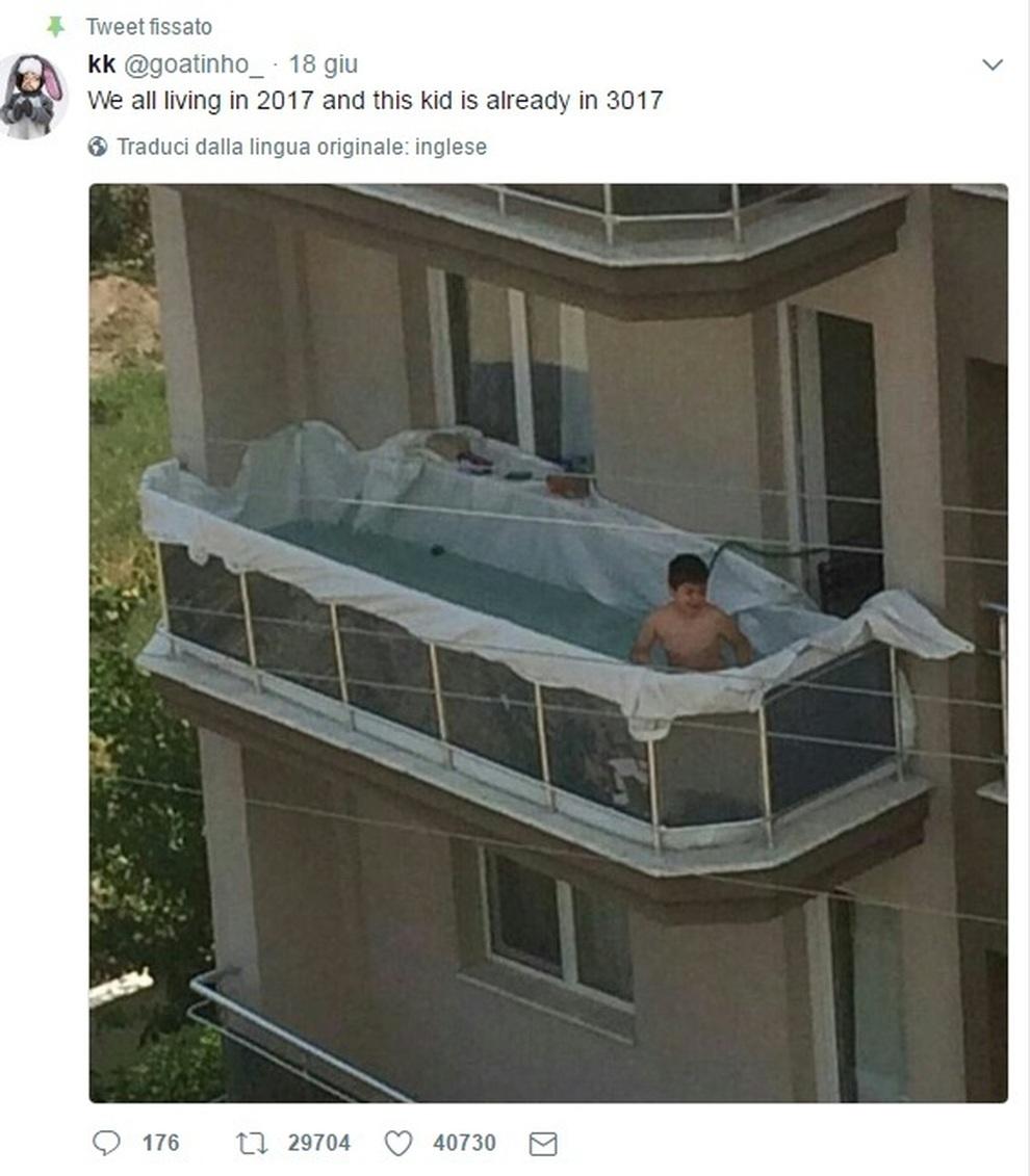 Piscina sul balcone, il bambino si diverte e la foto è virale...ma ...