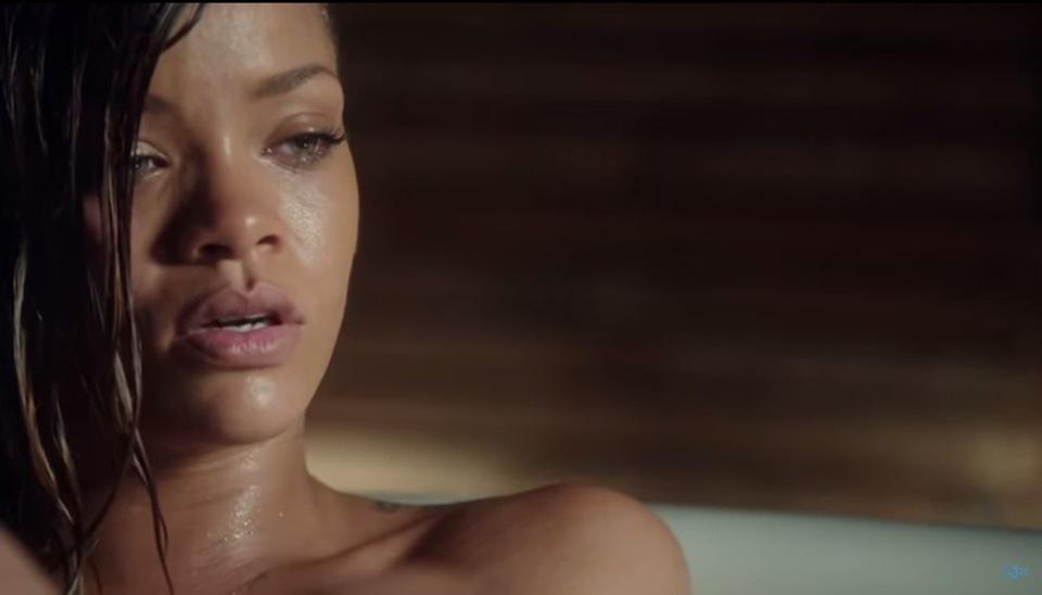 Rihanna In Vasca Da Bagno.Rihanna Bagno Sexy Nella Vasca Per L Ultimo Video Poi Un Rumore