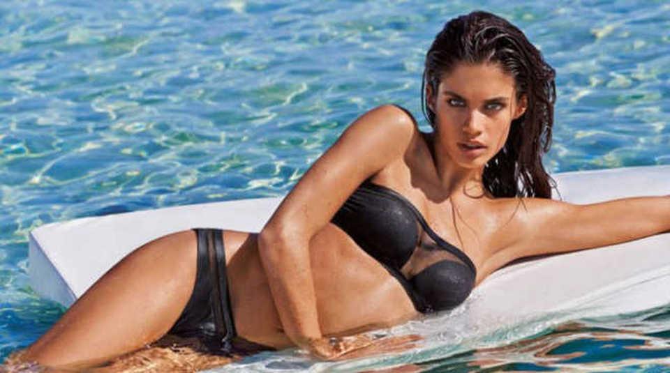 Costumi Da Bagno Anni 80 : Costumi da bagno in spiaggia la tendenza è il nero italia leggo.it