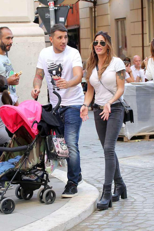 Guendalina Tavassi in centro a Roma con il marito Umberto D'Aponte e la  figlia Chloe (Olycom)