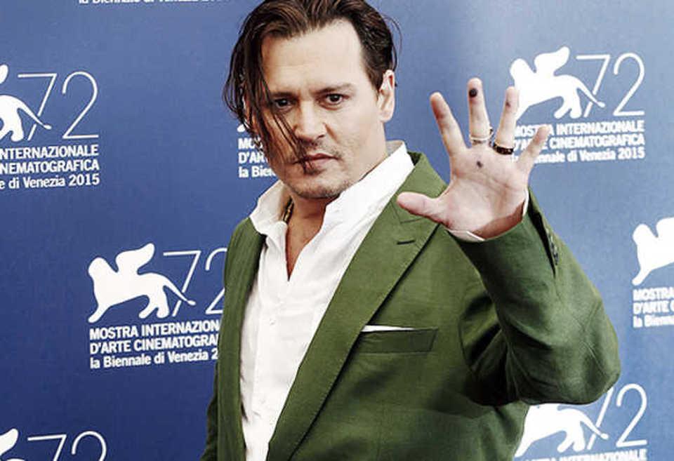 Johnny Depp irriconoscibile a Venezia: Arriva alla festa su di giri senza lavarsi