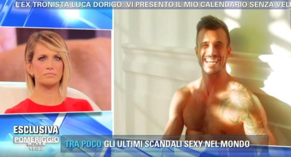 Calendario Luca Dorigo.Luca Dorigo A Pomeriggio 5 Mostra Il Calendario Hot Ma