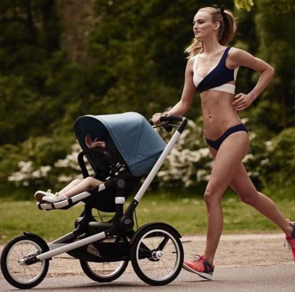 La modella fa jogging con la bimba di 2 anni. Il web attacca: Come fa a essere così?