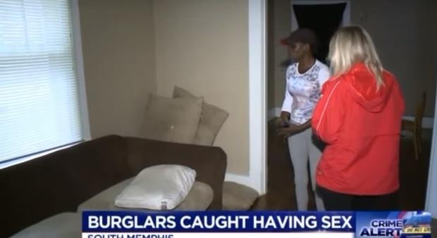 Torna dalle vacanze e sorprende i ladri a fare sesso a casa sua esteri - Video sesso sul divano ...