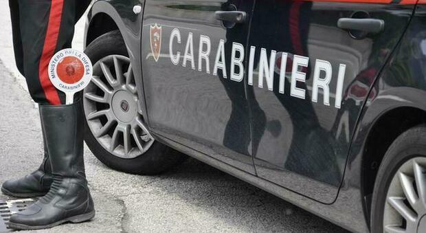 Fare pipì sull'auto dei carabinieri non è reato: lo dice la procura. Ira dei sindacati: «Incomprensibile»