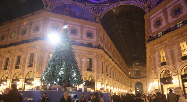 Milano Decorazioni Natalizie.Milano Da Domani Si Accende Con Decorazioni E Luci Di Natale