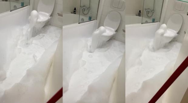 GB, si sveglia di notte e trova il bagno invaso dalla schiuma