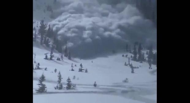 Stati Uniti, impressionante valanga investe un gruppo di sciatori