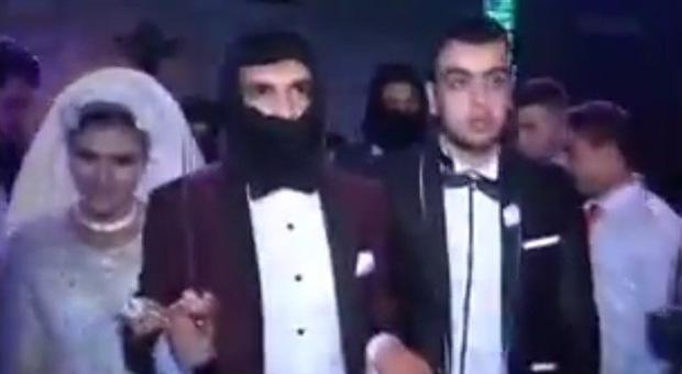 Matrimonio In Egitto : Le nozze in egitto celebrate stile isis sposi rapiti