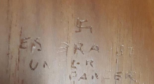 Scritta nazista in tedesco nei bagni di montecitorio e - Porta in tedesco ...