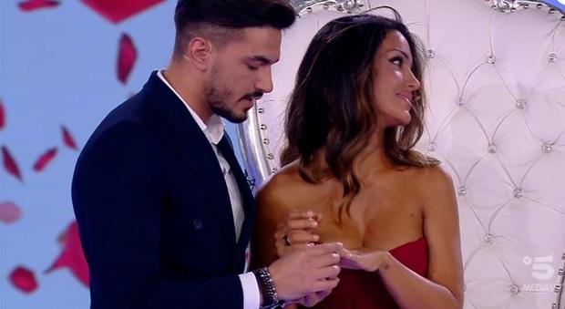 Matrimonio In Diretta Ferragnez : Isola rosa perrotta proposta di matrimonio in diretta da
