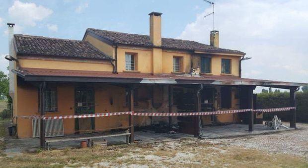 Decide di ospitare migranti la casa distrutta da un incendio for Ospitare a casa