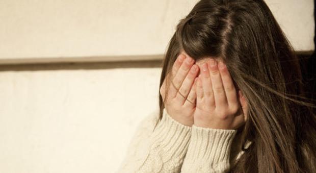 Vittima dei bulli ragazzina di 14 anni tenta il suicidio nel bagno della scuola italia - Nel bagno della scuola ...