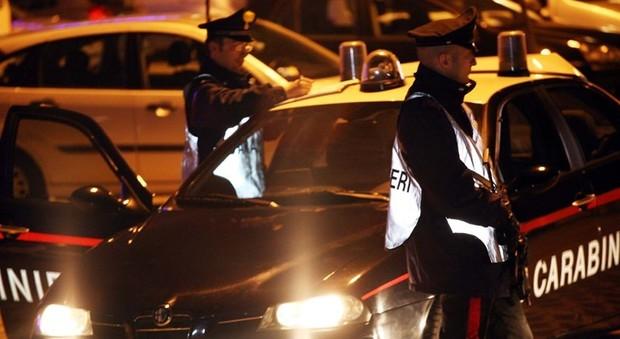 Lite furiosa tra padre e figlio, le grida svegliano il quartiere. Notte choc, arrivano i carabinieri