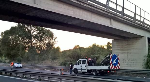 Pezzo di cemento si stacca dal cavalcavia e colpisce un'auto sulla 77