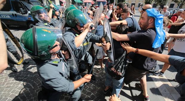 Comune di Napoli occupato dai comitati: tafferugli con la polizia, vigile ferito