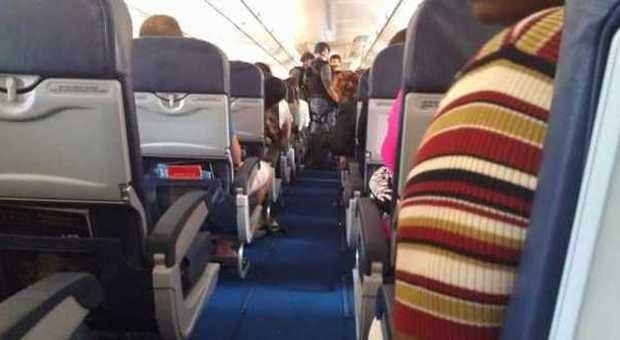 Quanto Consuma Un Aereo Da Caccia : Un passeggero semina il terrore sull aereo volo dirottato