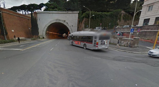 Bus prende una buca e colpisce scooter ragazza rischia - Autobus prima porta ...