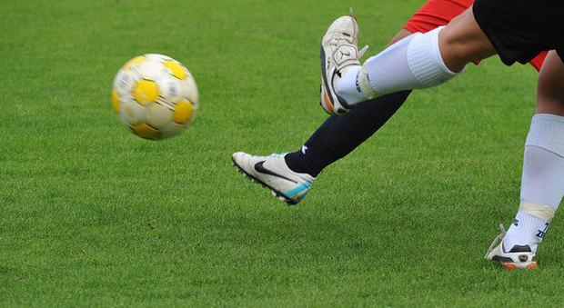 Maxi rissa sul campo da calcio dei dilettanti: calciatore preso a pugni in faccia, ferita anche la madre