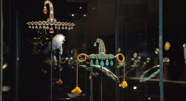 a1b89d5b47da54 Furto del secolo a Palazzo Ducale: il capo della banda incastrato dalla  foto dell'anello su Facebook