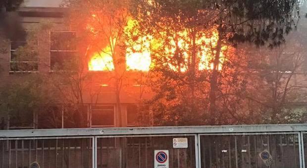 In fiamme l 39 ex fabbrica buffetti gli abitanti costretti a - Le finestre roma ...