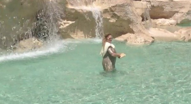 Come anita ekberg turista si fa il bagno nella fontana di - Bagno turco come si fa ...