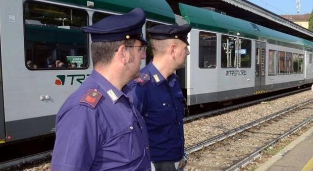 capotreno e poliziotto pestati sul treno da nigeriani: «siamo profughi, non puoi farci niente» - leggo