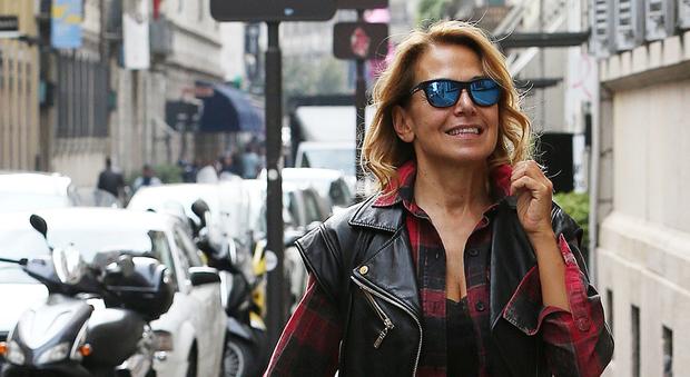 Barbara D'Urso lontana dalla tv: passeggiata con l'amica a Milano