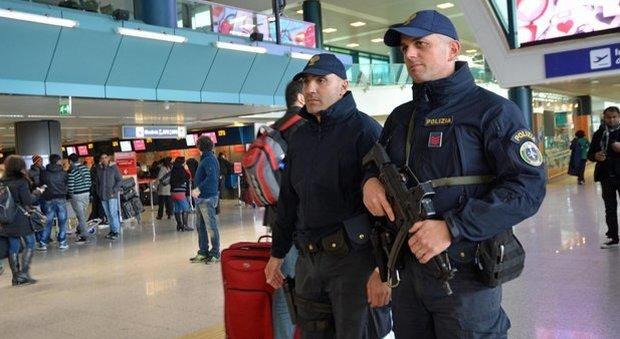 Allarme bomba all 39 aeroporto di fiumicino bagaglio - Allarme bomba porta di roma ...