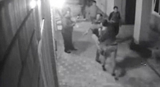 La gang infastidisce una ragazza al bar il marito pugile - Il marito porta la moglie a scopare ...