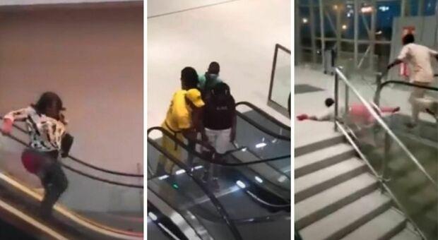 In Camerun apre il primo centro commerciale: gli abitanti scoprono per la prima volta le scale mobili (tra grida e cadute) VIDEO