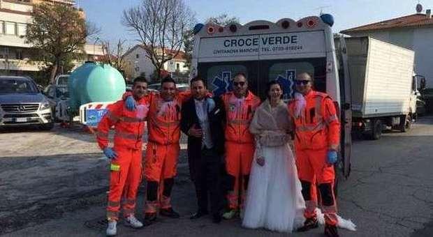 Matrimonio In Ambulanza : Sposo legato sulla barella e portato in chiesa