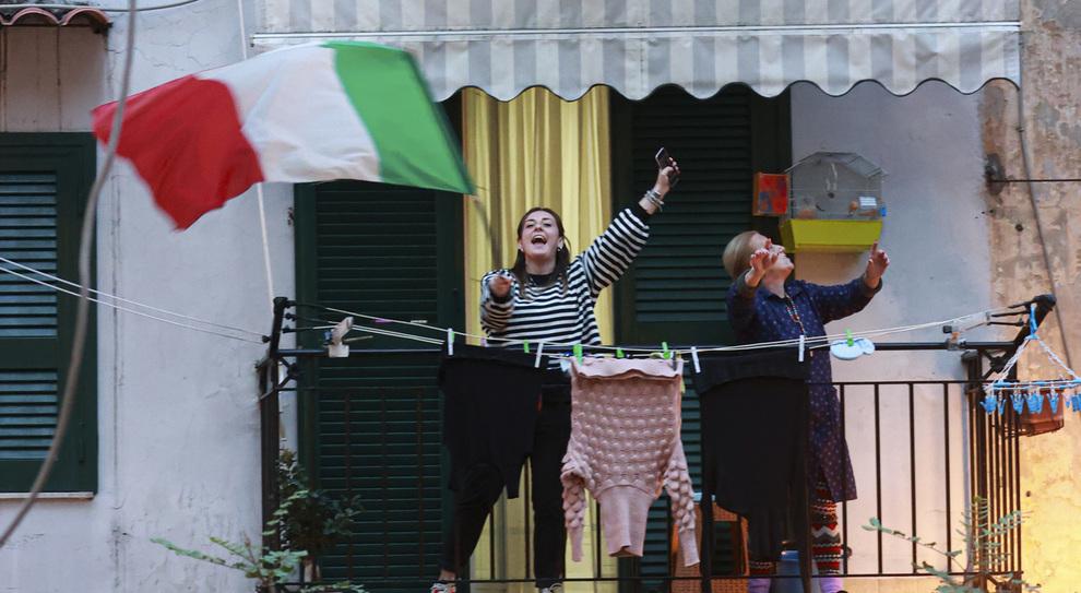 Coronavirus, flashmob anche a Napoli: tutti sui balconi a cantare «Abbracciame»