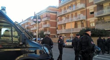Ostia, blitz all'alba nel palazzo di Roberto Spada e nei fortini dei clan: sequestrati droga e armi, vari arresti
