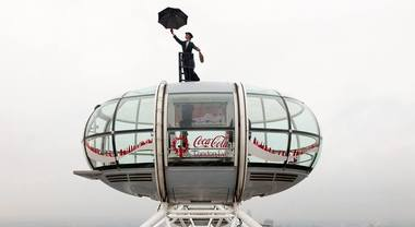Mary Poppins appare in cima alla London Eye a Londra