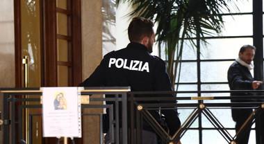 """Uomo trovato senza vita in casa a Milano: """"Strangolato a morte"""". Si cerca il figlio"""