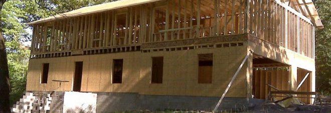 Mamma di quattro figli costruisce la casa da sola seguendo i tutorial su YouTube