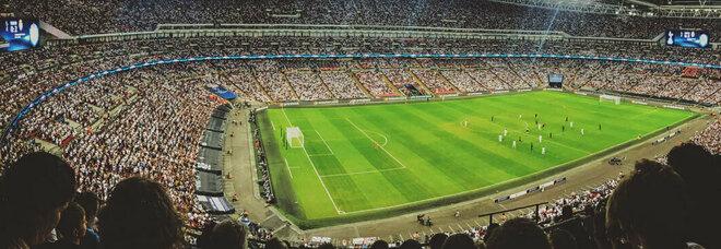 Euro 2020, tifoso ferito gravemente durante Inghilterra-Croazia. I testimoni: «Caduto dagli spalti, poi non si è più mosso»