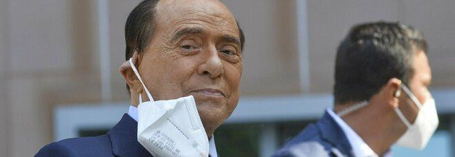Berlusconi dimesso nel pomeriggio dal San Raffaele di Milano, lo staff: «Valutazione clinica approfondita»