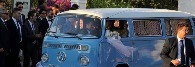 Abate sposa Valentina, l'arrivo nel furgoncino: alle nozze in Puglia anche Inzaghi e la D'Urso