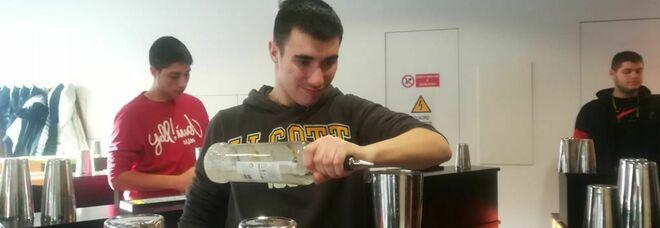 Roma, l'appello di Mirko: «Ho un autismo ma datemi fiducia: sono un barman esperto, voglio lavorare»
