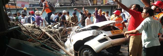 """India, crolla un cavalcavia: orrore a Calcutta, almeno 10 morti. """"In 150 sotto le macerie"""""""
