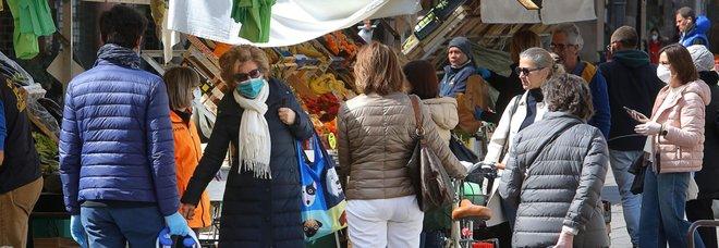 Coronavirus Padova, choc in piazza delle Erbe: mercato super affollato
