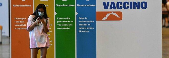 Vaccini, un italiano su due al traguardo doppia dose ma i contagi crescono: scontro sull'iniezione obbligatoria