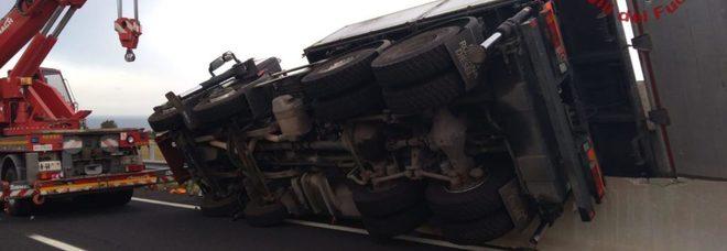 Civitavecchia, in autostrada si ribalta un mezzo: travolti 4 operai. Uno muore, gravissimi gli altri tre