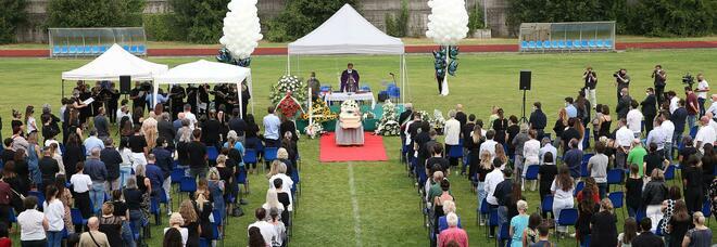 Michele Merlo, i funerali allo stadio dopo il rifiuto del parroco: palloncini bianchi e le note delle sue canzoni. Alla cerimonia Salvini e Meloni