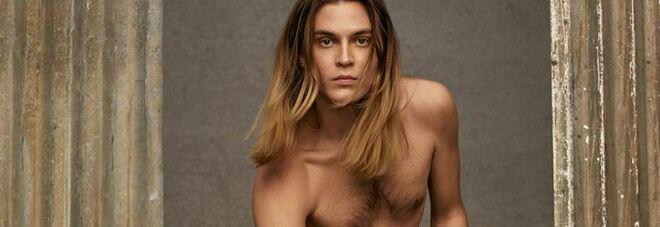 Valentino, la foto con l'uomo nudo fa scandalo. Valanga d'odio sui social: «È disgustosa»